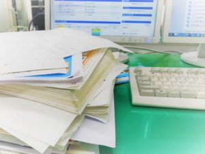 山積み デスク 整理整頓 5S 効率 売上 仕事しやすい